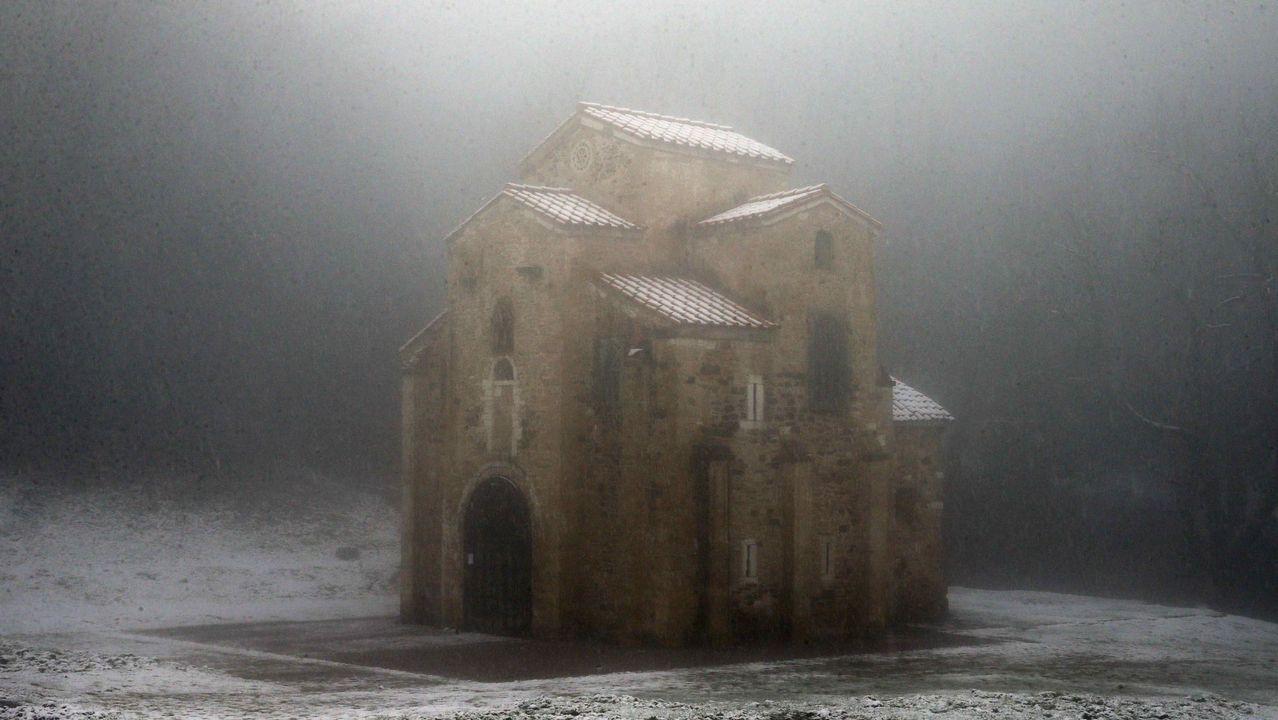 Carretera abierta alrededor de la nieve en Somiedo.Aspecto que presenta el monumento prerrománico de Santa María del Naranco durante la nevada caída Oviedo.