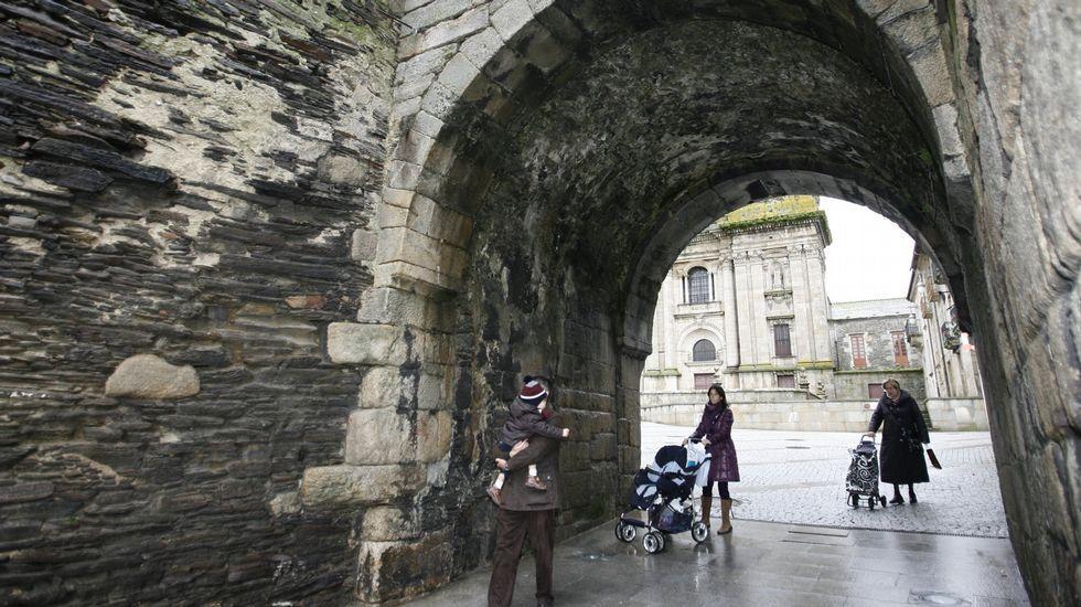 .las puertAs Testigo de la vida local. Las puertas de la Muralla (en la imagen, la de Santiago) causan algo de asombro además de ser zonas de tránsito cotidiano para vecinos de la ciudad.