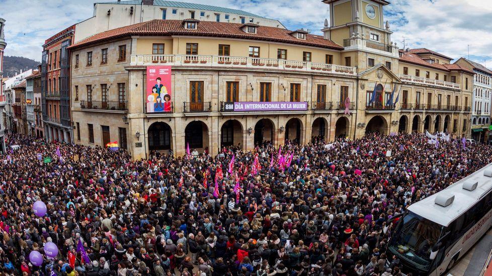 Las plazas asturianas, a reventar en el 8-M.La plaza del Ayuntamiento de Oviedo se ha quedado pequeña en la concentración del 8M
