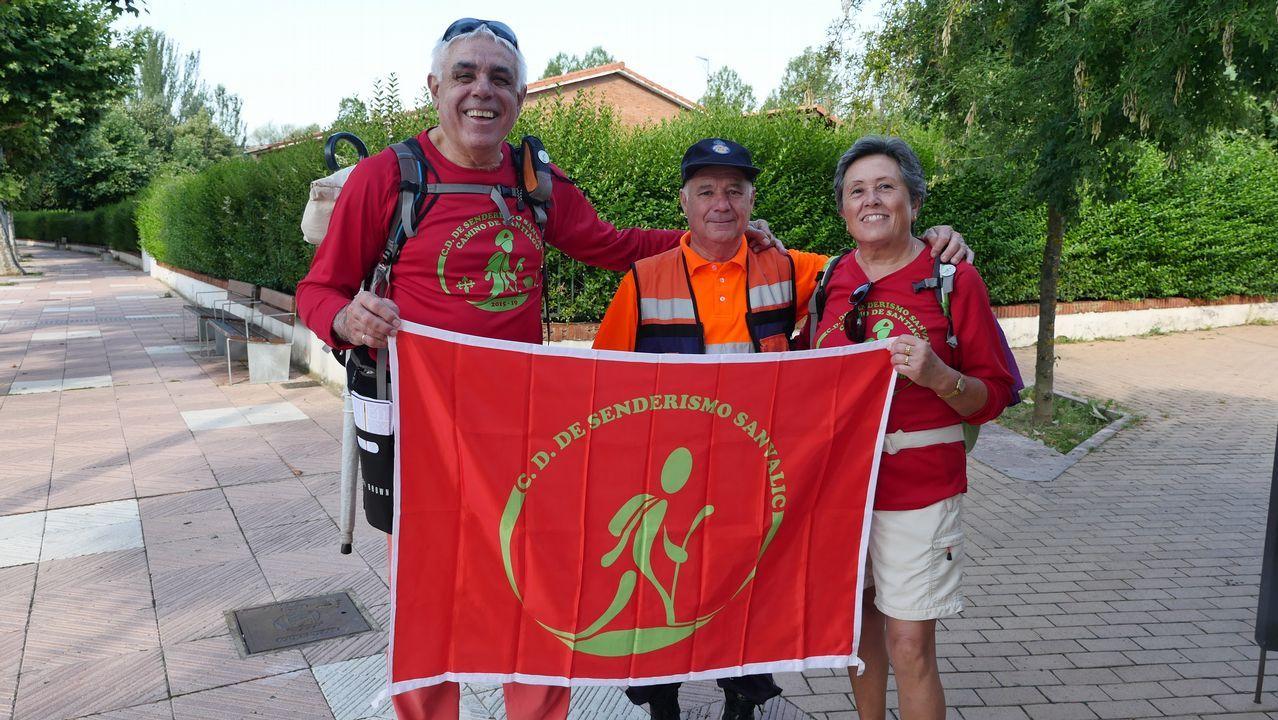 .Rosa Pastor y Alfonso Agulló, del club de senderismo Sanvalic de Alicante, en León