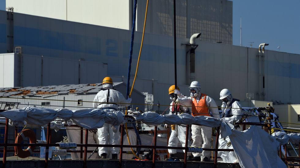 Cinco años de la catástrofe de Fukushima.El primer ministro de Japón, probando pescado de la zona en un acto de campaña para las elecciones del 2014.