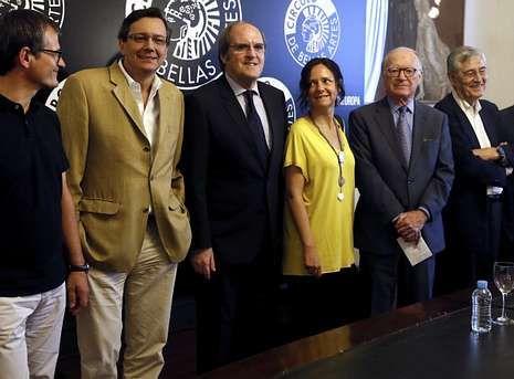 Intelectuales y catedráticos presentaron ayer en Madrid un manifiesto por una España federal, entre ellos Ángel Gabilondo (tercero por la izquierda) y Nicolás Sartorius, (segundo por la derecha).