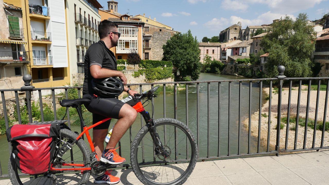 .Haciendo una pequeña parada en el puente sobre el río Ega, en Estella (Lizarra en euskera)