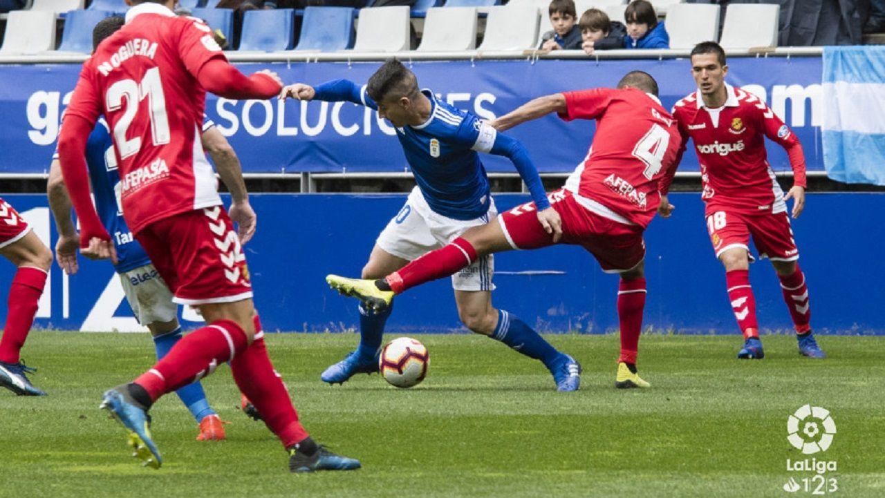 Saul Berjon Fali Real Oviedo Nastic Carlos Tartiere.Saúl Berjón lucha con Fali por un balón