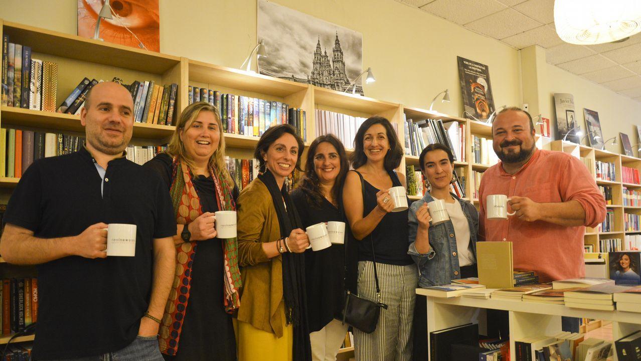 Díaz (segunda por la izquierda) reunió a varios autores, como Javier Peña, Elba Pedroza, Arantza Portabales, Carmen Quinteiro, Cecilia Fernández y Manuel Gago