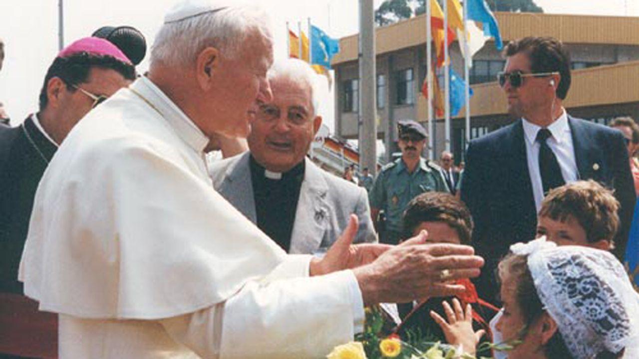 Hospital Valle del Nalón.El sacerdote José Manuel Álvarez Iglesias, conocido como Pepe el comunista, junto al Papa Juan Pablo II en su visita a Asturias