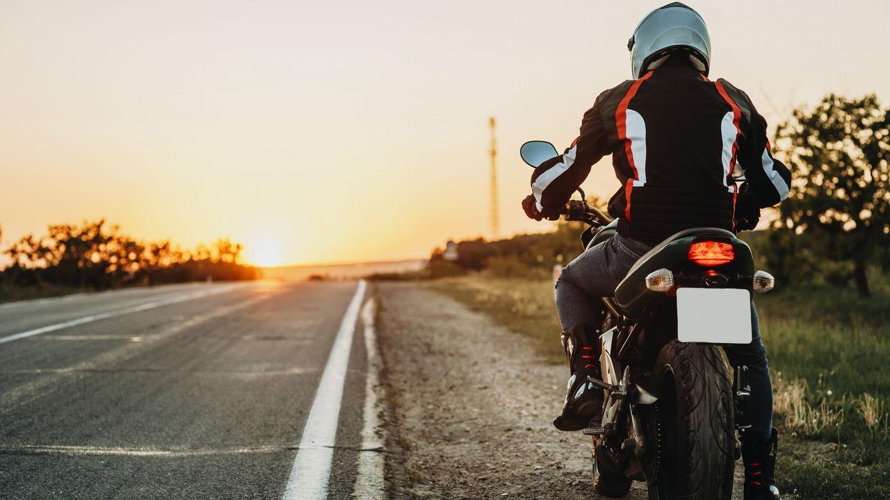 El fiscal de Tráfico de Galicia propone un carnet para bicis y patinetes eléctricos.Senda peatonal entre Xornes y Buño, en Malpica