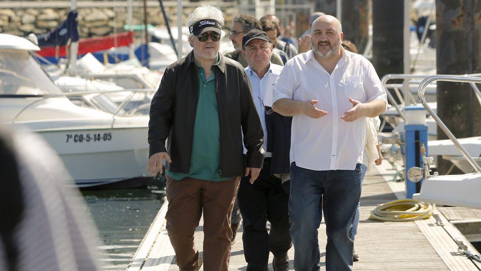 .El alcalde de Ares, Julio Iglesias, acompañó a Almodóvar y al equipo en un recorrido por el puerto deportivo.
