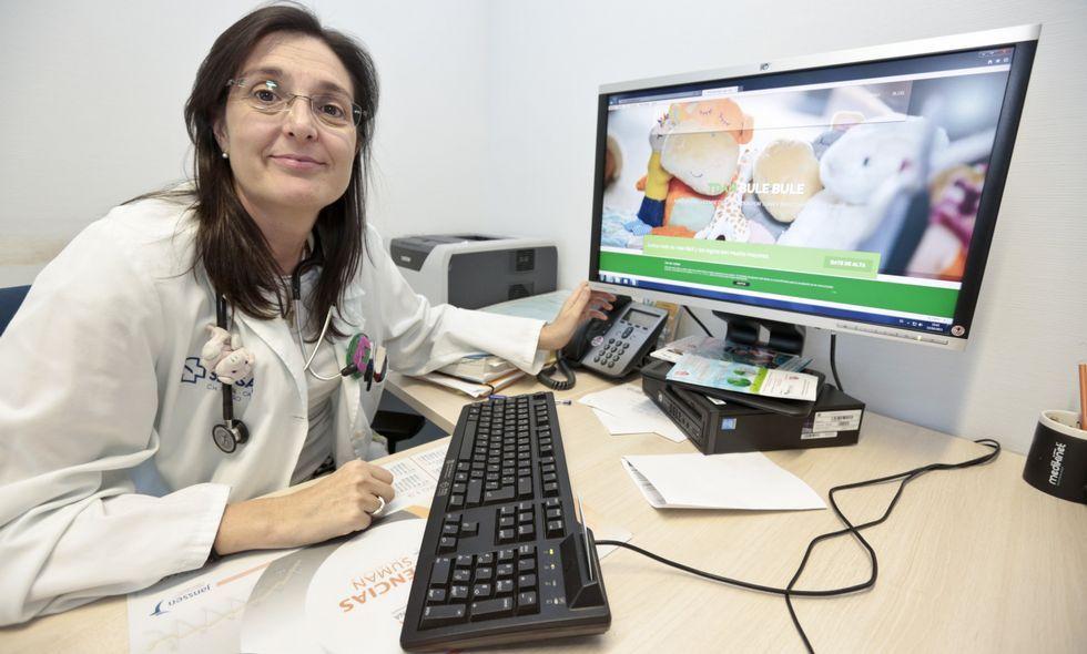 La doctora Esther Vázquez trabaja en la consulta de neuropediatría del HULA.