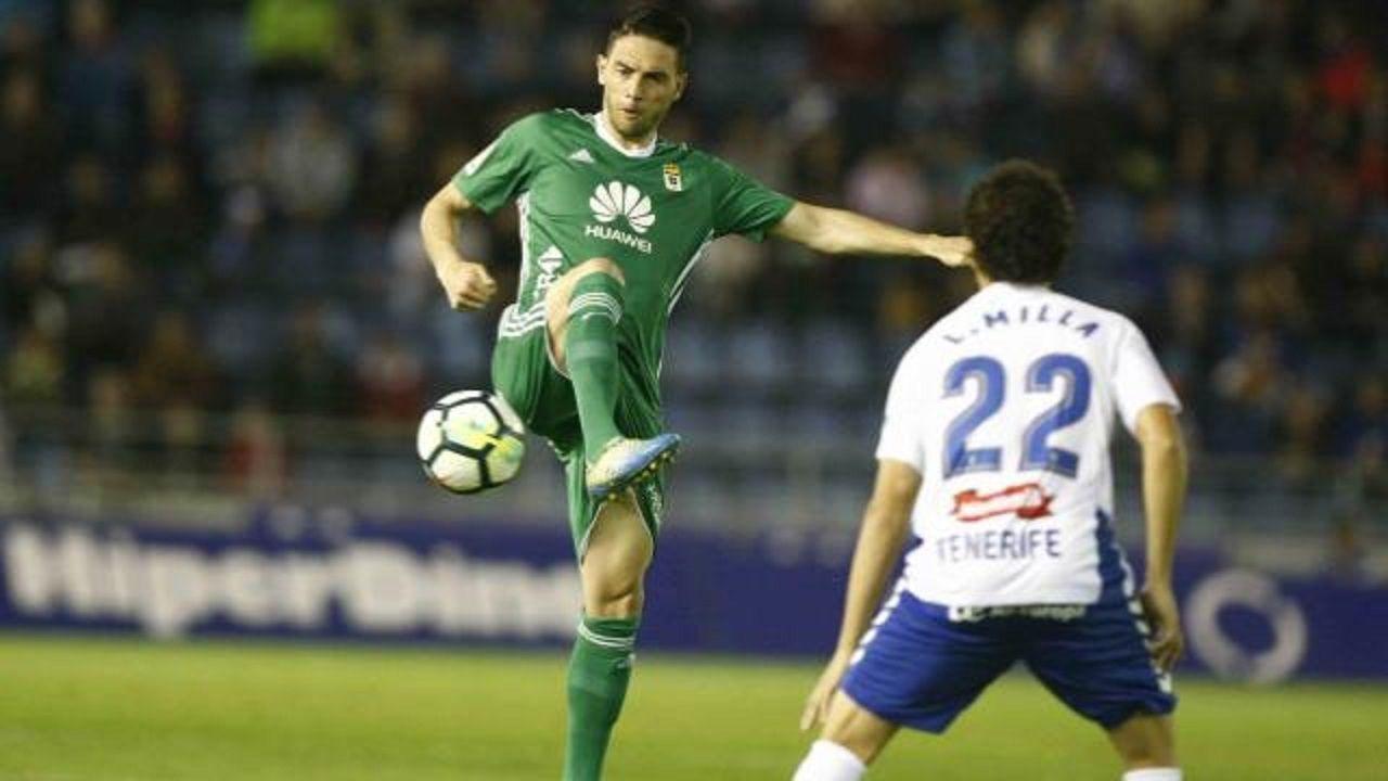 Rocha Milla Tenerife Real Oviedo Heliodoro Rodriguez Lopez.Rocha controla un balon ante la presion de Milla