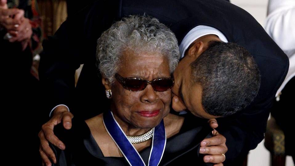 Maya Angelou recibe la medalla presidencial por la Libertad que Obama le entregó en el 2011