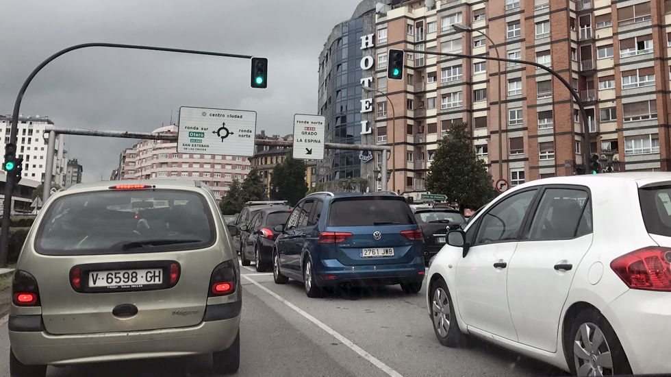 Atasco en el acceso a Oviedo.Atasco en el acceso a Oviedo