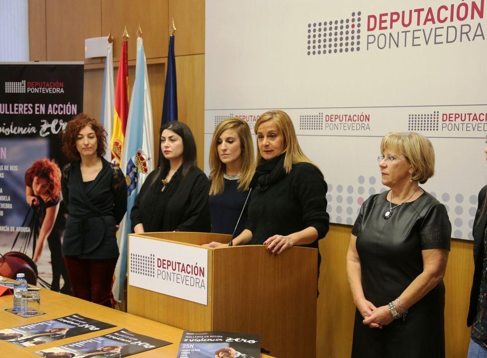 La presidenta de la Diputaicón, Carmela Silva, Isaua Abelairas (derecha) y las artistas del proyecto.