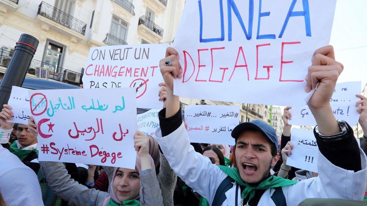 Cuarta semana de protestas en Argelia.Estudiantes argelinos muestran pancartas en protesta contra el aplazamiento de las elecciones, un día después del anuncio de Buteflika de no optar a un quinto mandato