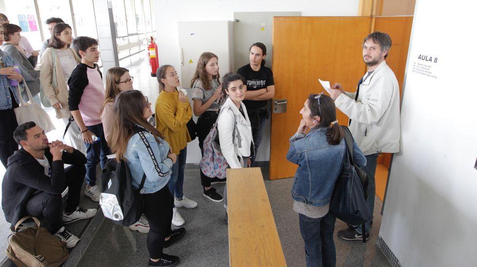 Alumnos entrando al segundo examen de Historia de la Filosofía el viernes por la tarde