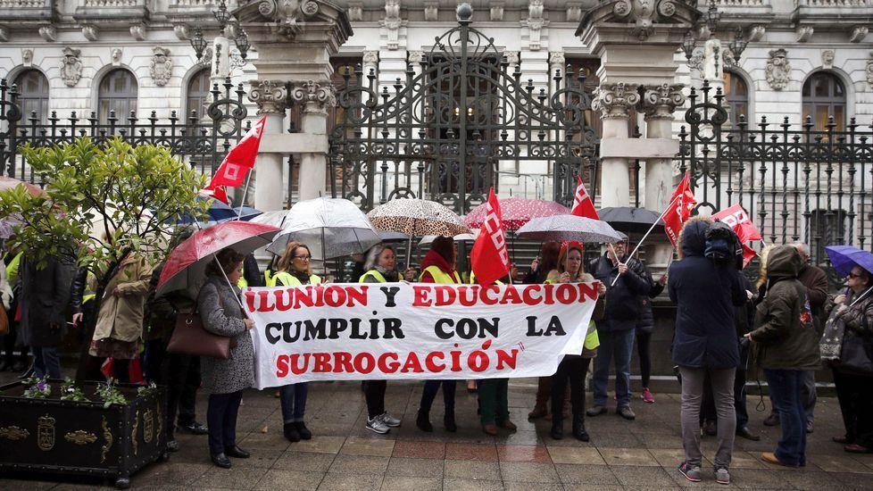 .Concentración frente a la Junta General en protesta por el despido de trabajadoras que desarrollaban su trabajo como acompañantes de alumnos en los autobuses escolares