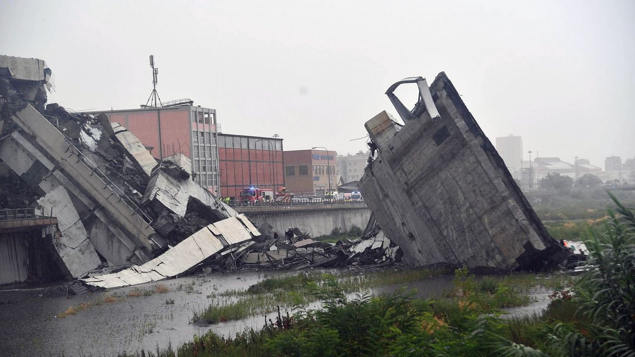Vista de la sección del viaducto sobre la autopista A10 que se desplomó en Génova (Italia)