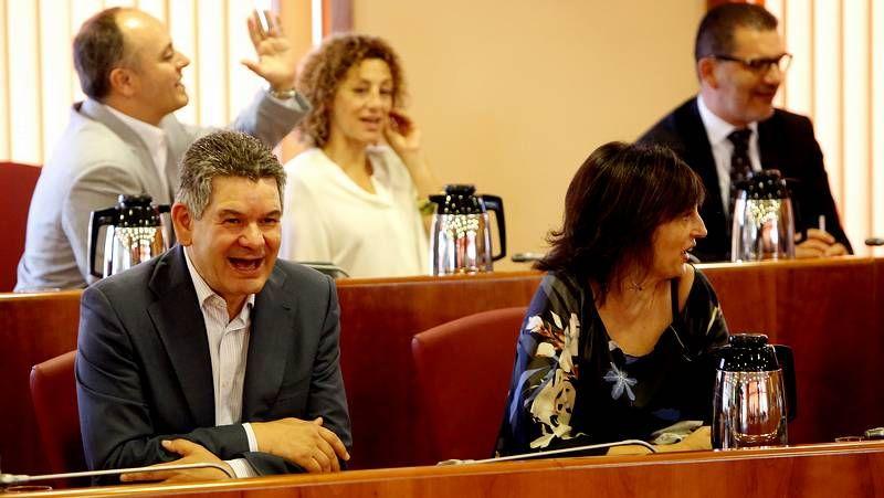 El PSOE charla y trata de afear la intervención del BNG en Vigo.Imagen de archivo que resume lo que ocurre en el Concello de Vigo: Caballero (PSOE) le da una palmada cariñosa a Figueroa (PP) mientras la nacionalista Veloso (BNG) se queda al margen.
