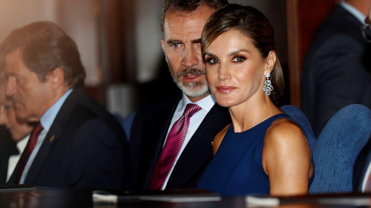 .Letizia Ortiz lució en la noche previa a la entrega de los Princesa de Asturias un vestido azul noche de seda, con largo midi y falda plisada de su modisto de cabecera: Felipe Varela.