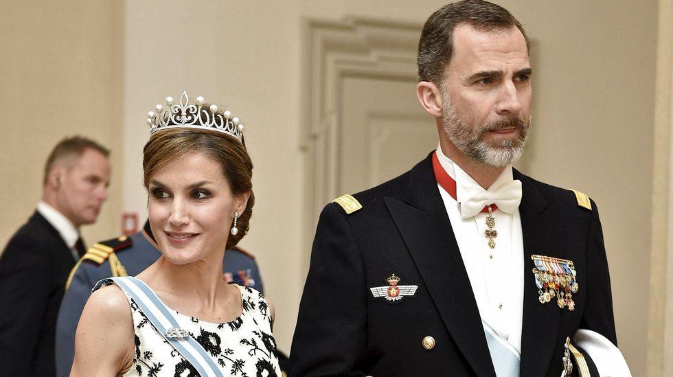 .La reina Letizia y Felipe VI a su llegada a la cena en honor de la reina Margarita.
