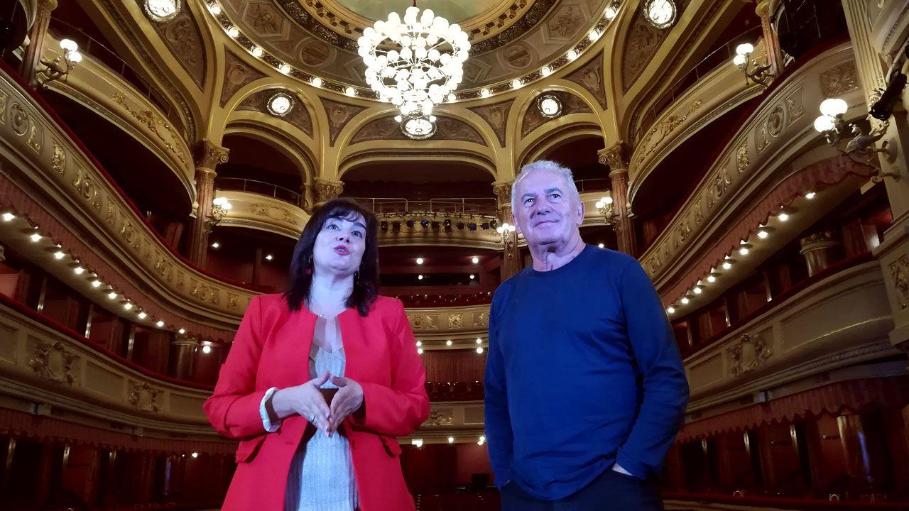 .Víctor Manuel, junto a Yolanda Alonso en el teatro Palacio Valdés de Avilés