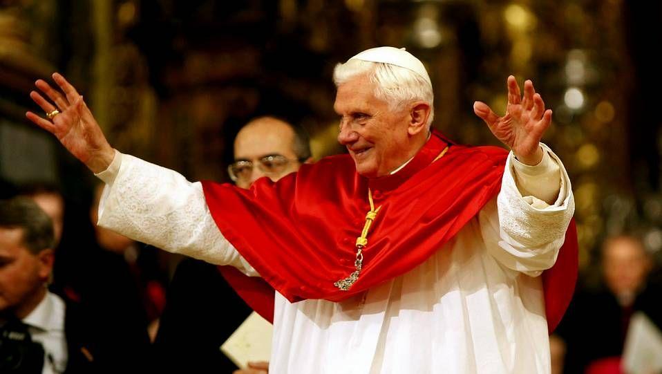 Miles de peregrinos inundan la Plaza de San Pedro.Benedicto XVI durante su visita en el 2010 a Santiago