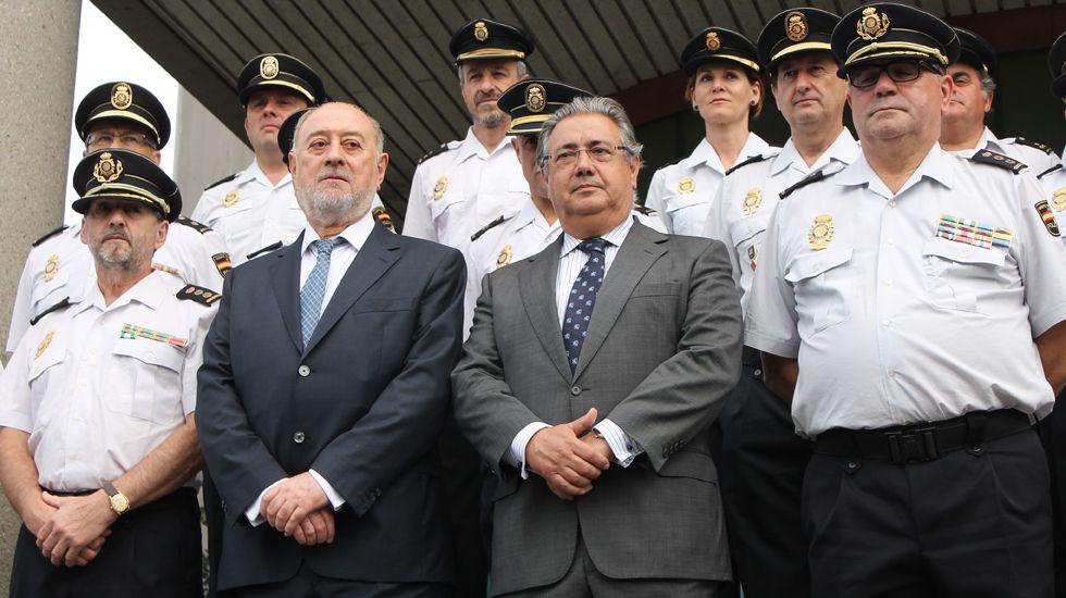 Juan Ignacio Zoido, junto a Gabino de Lorenzo y mandos policiales en la comisaría de Gijón