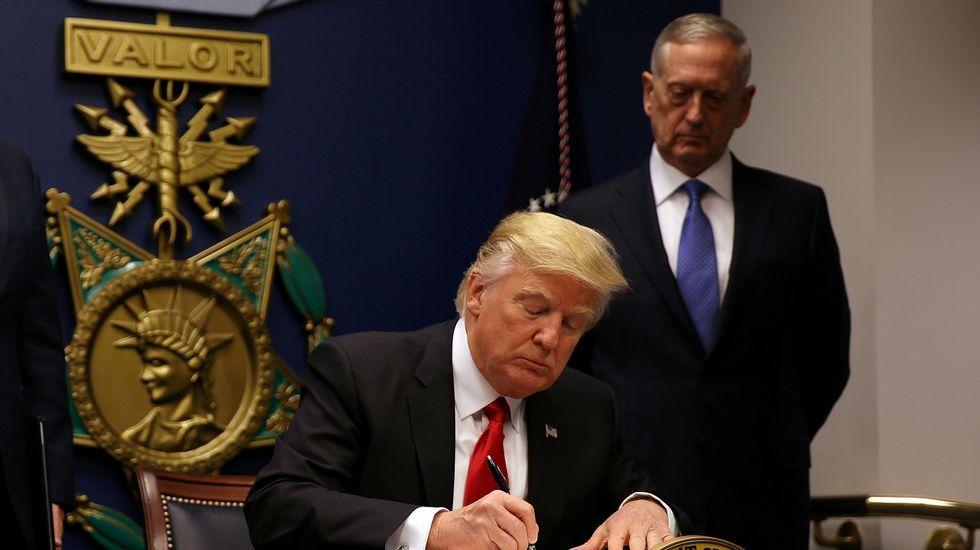 .Trump firma la orden ejecutiva que restringe la entrada en Estados Unidos
