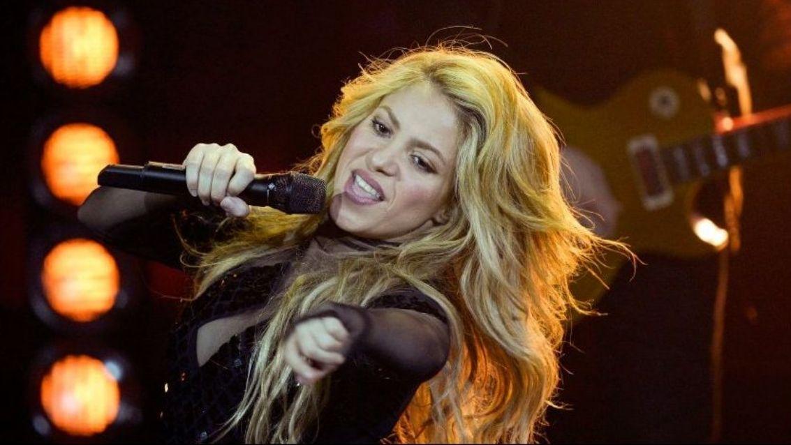 La versión asturiana de Shakira y Carlos Vives«La panceta».Shakira, con Carlos Vives (con gafas de sol), a su llegada a los juzgados en Madrid