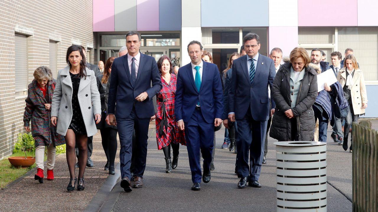 El presidente del Gobierno, Pedro Sánchez (3i), durante la visita que realiza esta tarde a la Casa Malva, en Gijón