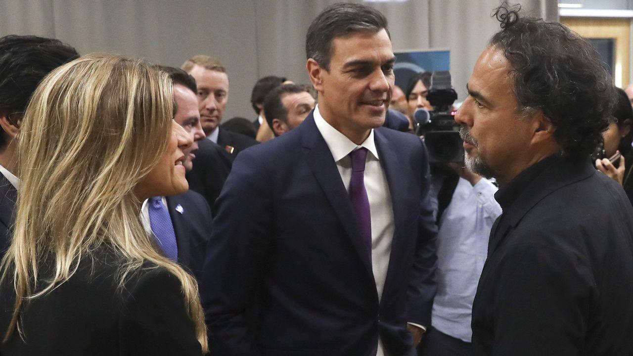 Pedro Sánchez y sy esposa conversan con el oscarizado González Iñarritu