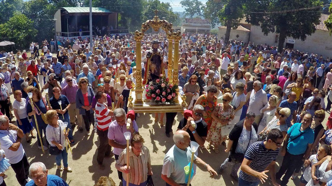Miles de vigueses acompañan a San Roque.