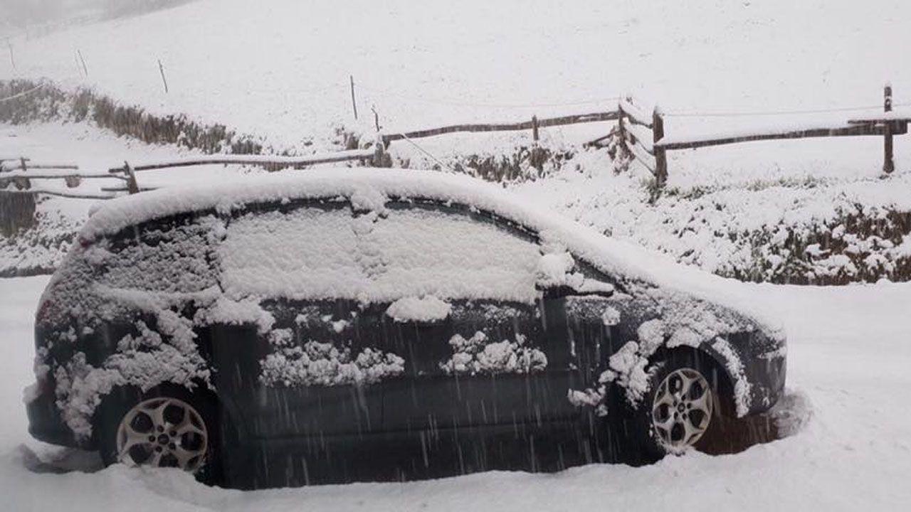 Les Llanes (Pola de Laviana), un coche completamente cubierto de nieve