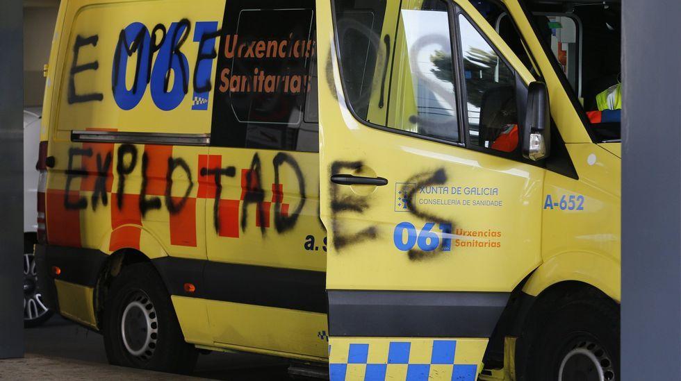 Xoves de Compadres en Sober e Monforte.Una ambulancia con pintadas en A Coruña