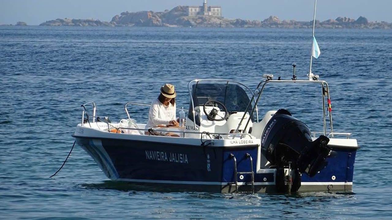 ILLAS LOBEIRAS. La lancha Jalisia navega hasta el archipiélago situado frente a Carnota