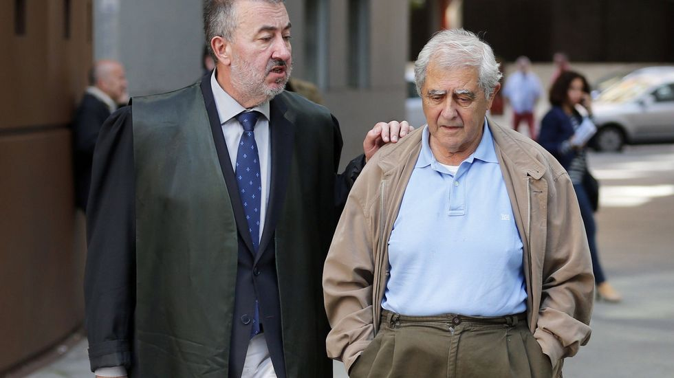 .El exconsejero de Educación José Luis Iglesias Riopedre (d), acompañado de su abogado, a su salida de la Audiencia Provincial de Oviedo