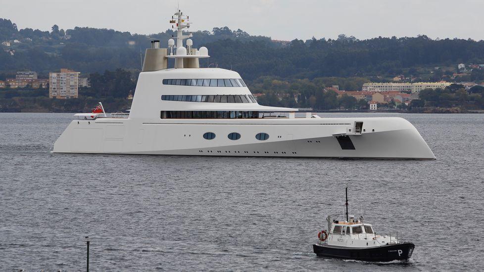 Megayate  A  entrando al puerto de A Coruña.Gente de Zona