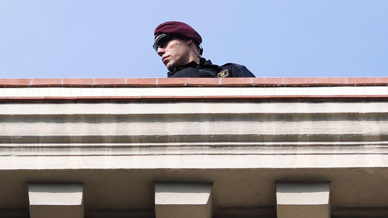 .Un agente de policía vigila la ceremonia en honor a las víctimas del atentado terrorista del 17 de agosto del año pasado