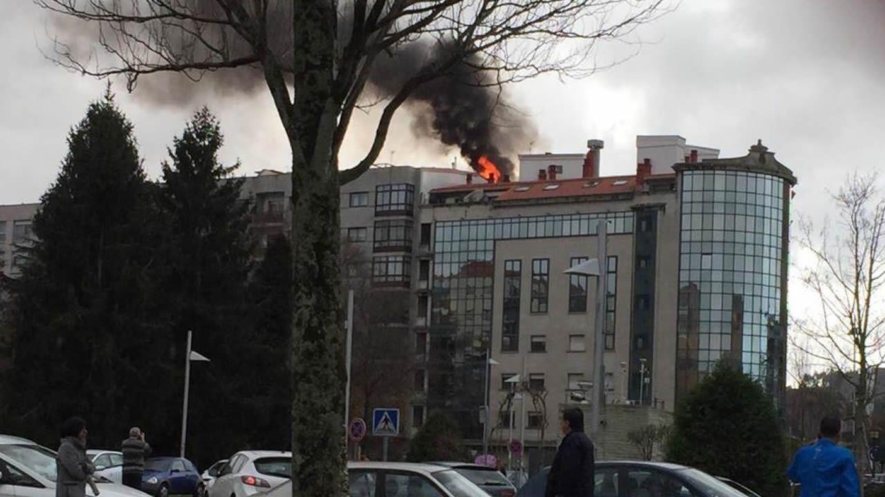 Las imágenes del incendio en un edificio de Pontevedra.Entre el material incautado se halló un dron de última generación, un radar, un maletín inhibidor de frecuencias y numerosos equipos de transmisión