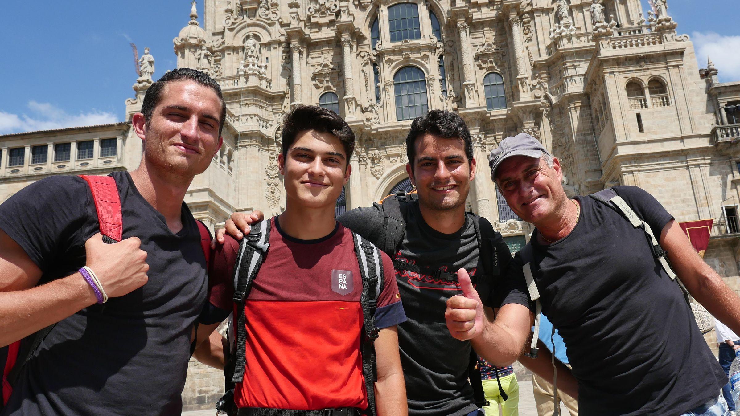 Este grupo de peregrinos valencianos posa frente a la fachada del Obradoiro