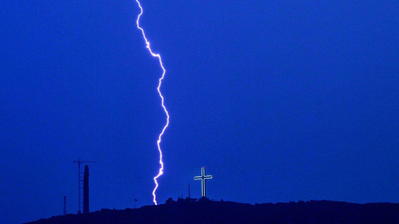 .Un rayo atraviesa el cielo cerca de Skopie, Macedonia