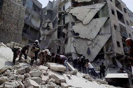 Búsqueda de supervivientes en Alepo tras un ataque aéreo con bombas de barril.