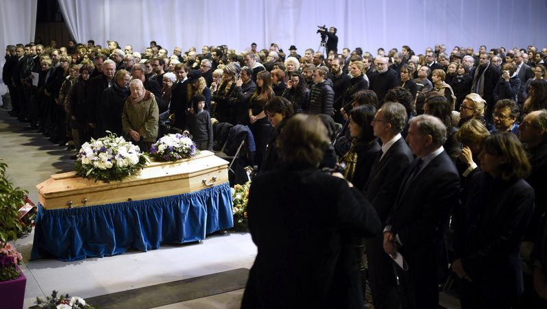 Centenares de personas despiden a «Charb».El fotógrafo Asif Hassan se lleva la mano al pecho tras ser alcanzado por una bala