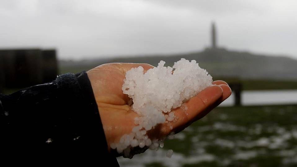 Crecida por las lluvias del río Asma en Chantada.Tormenta eléctrica sobre Pontevedra