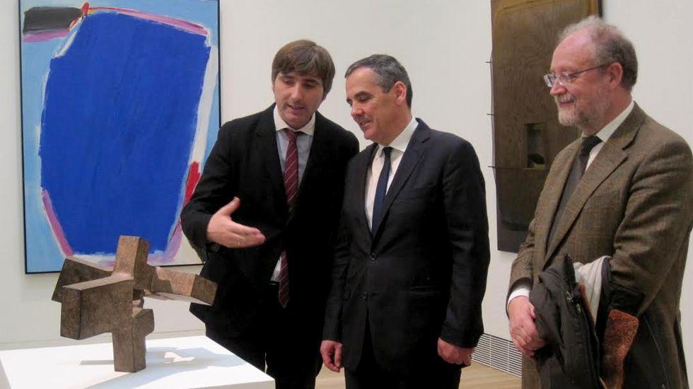 .Alfonso Palacio, Vicente Domínguez y Leopoldo Tolívar Alas, ante «Alrededor del vacío I», de Chillida
