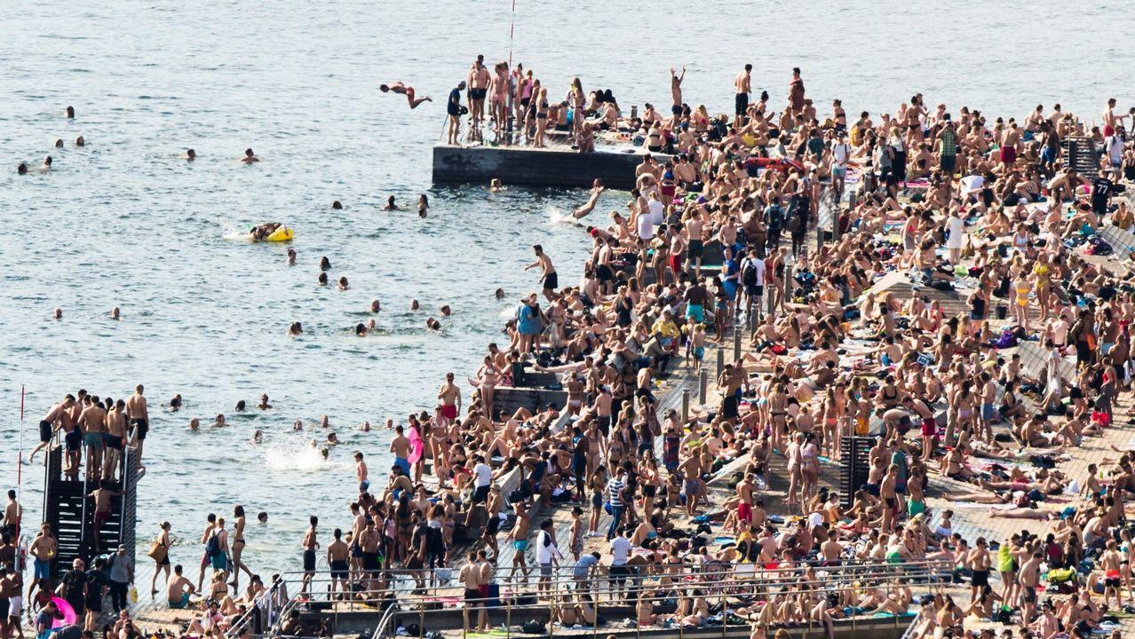 El temporal de lluvia barre Oviedo.Cientos de bañistas disfrutando de una jornada de playa en Oslo, que registra temperaturas anormalmente altas estos días