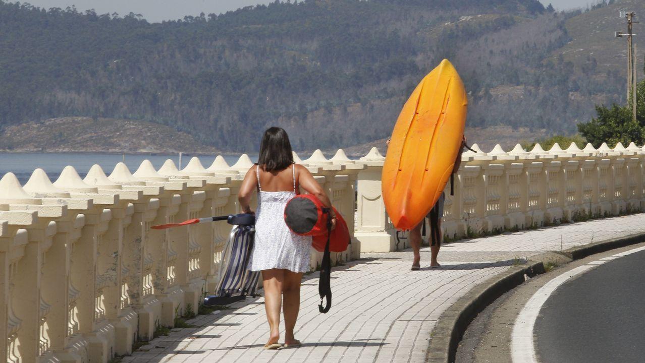 .Un hombre traslada su kayak en Carril