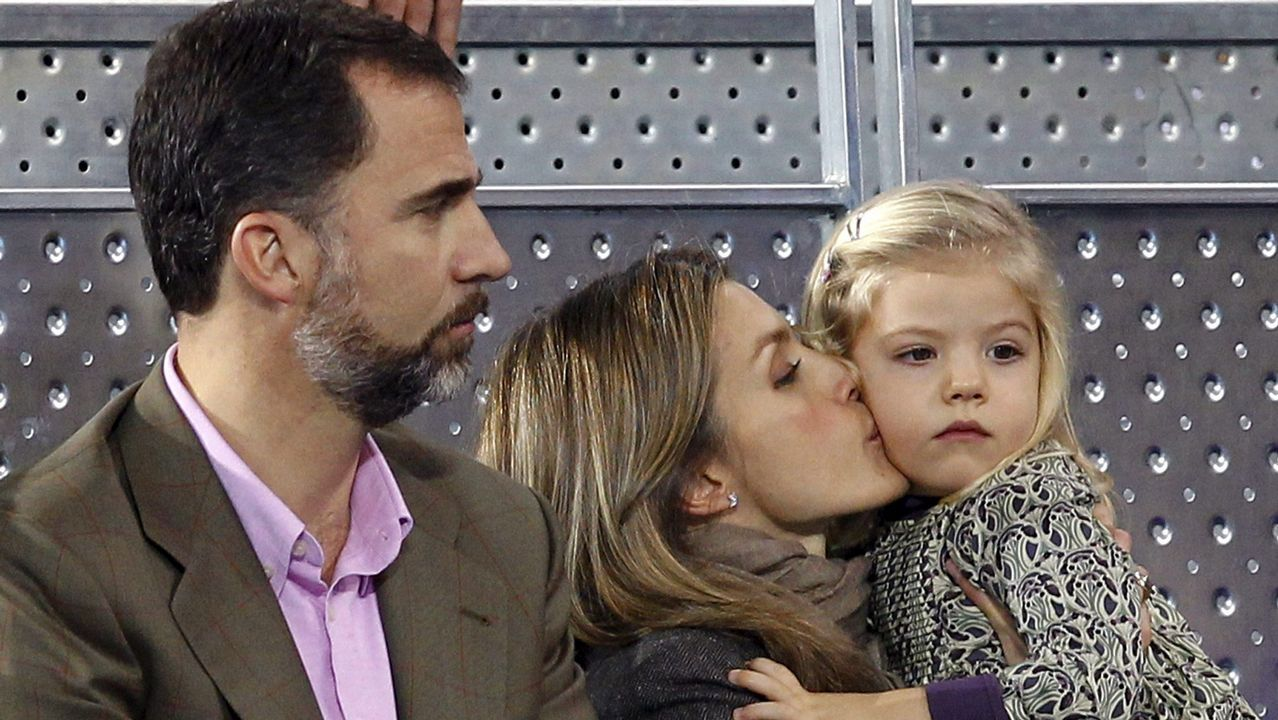 .La reina Letizia besa a su hija, la infanta Sofía, ante el príncipe Felipe durante un partido entre Rafa Nadal y Roger Federer, en diciembre de 2010