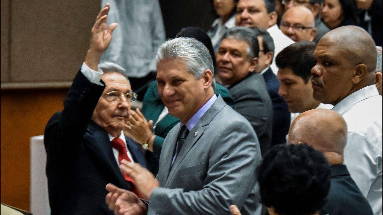 Díaz-Canel no se separó este miércoles de Raúl Castro. Siempre fue considerado su delfín, pero ahora tendrá que dar la cara con la misión de mejorar la calidad de vida de los cubanos