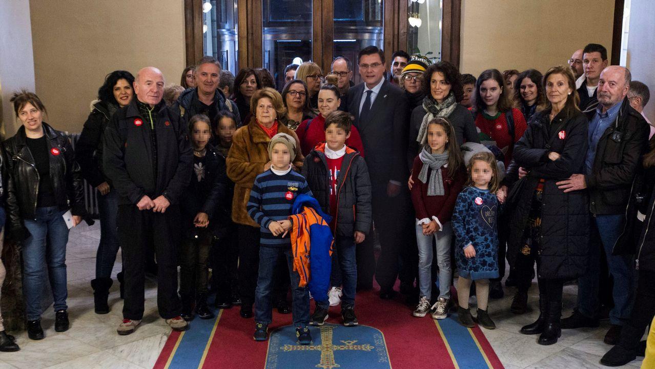 El presidente del parlamento asturiano Pedro Sanjurjo González (c), ha recibido hoy a los visitantes que se han acercado a conocer la Junta General en la segunda sesión de las jornadas de puertas abiertas que celebra la institución hasta el domingo